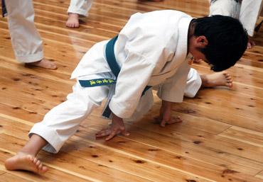 空手はお子様の基礎体力や柔軟性を伸ばします。